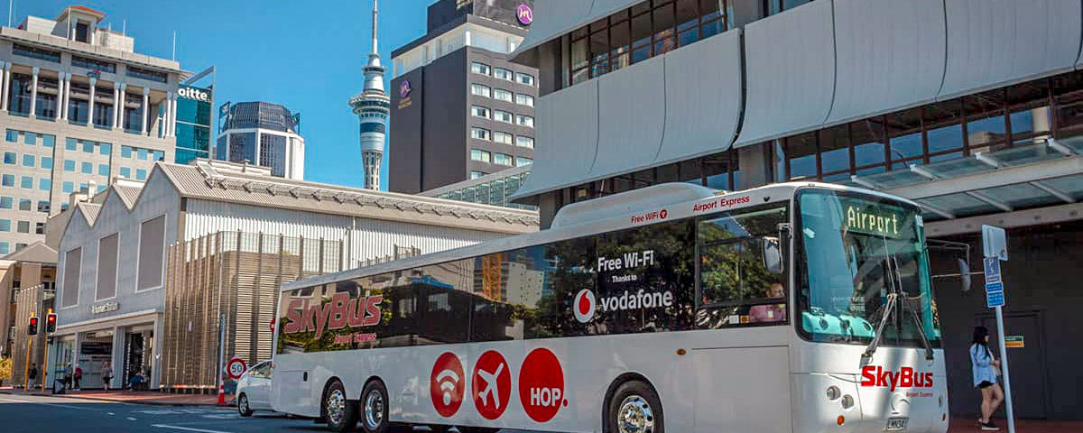 Автобус стоит на остановке