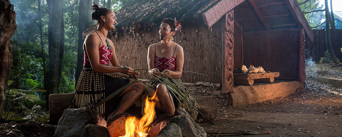 Женщины из племени маори сидят у костра