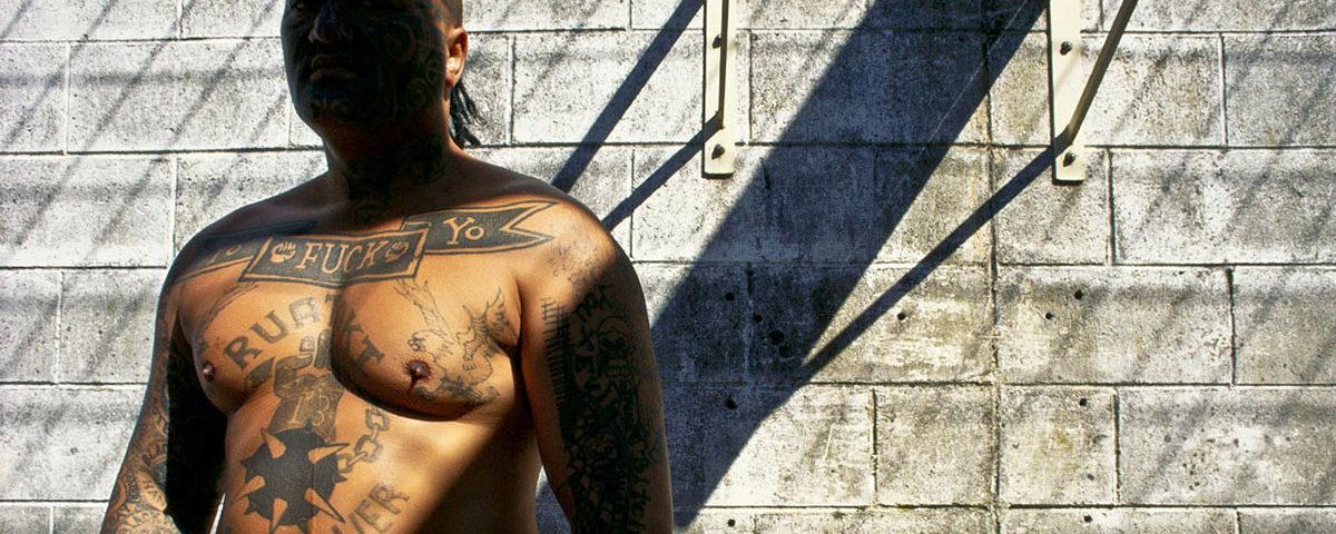 Маориец в татуировках в тюрьме