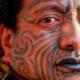 Татуированное лицо мужчины маори