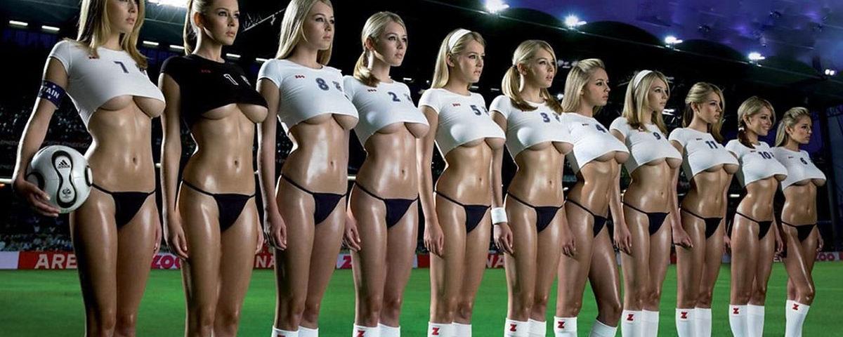 Девушки на футбольном поле