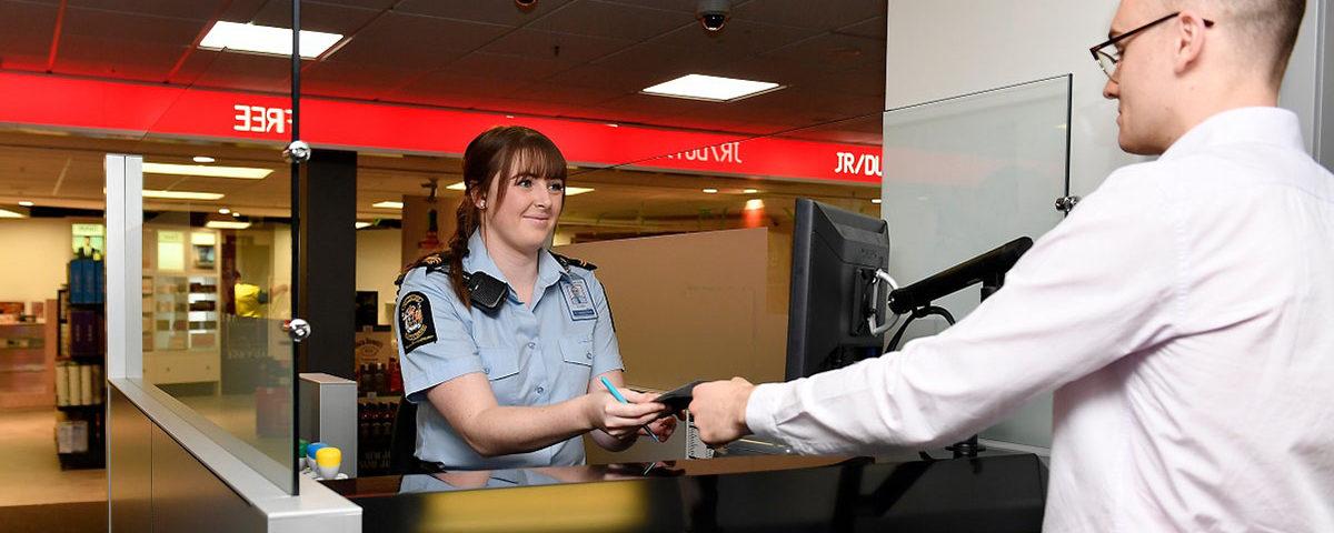 Таможенный офицер проверяет документы