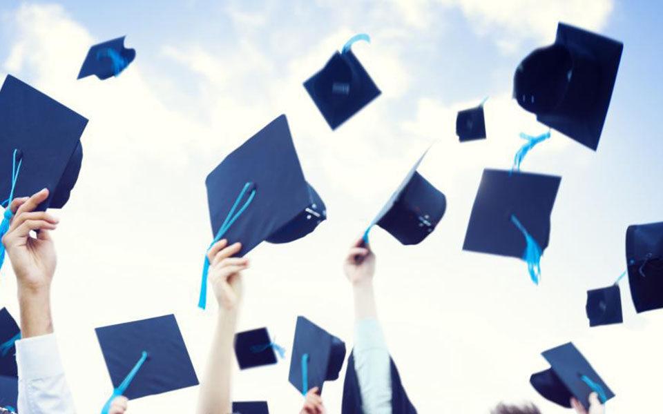 Шапки выпускников в воздухе