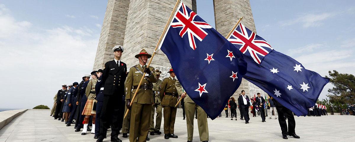 Воины АНЗАК с флагами