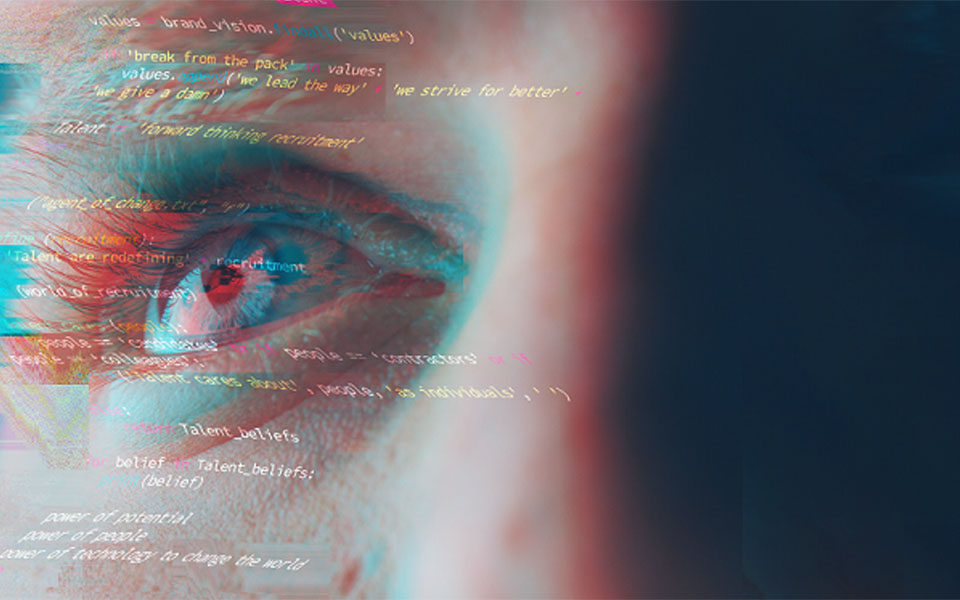 Человек смотрит на код