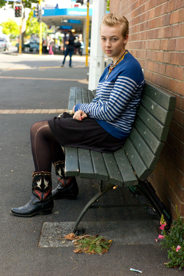 Грей Линн в ожидании автобуса на остановке в Окленде.