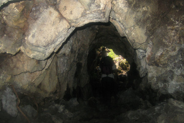 Внутри лавовой пещеры на острове Рангитото