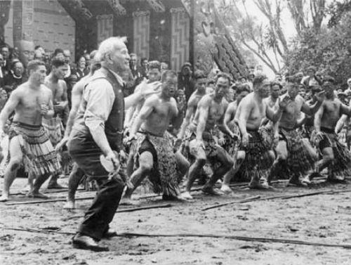 Апирана Гата (Apirana Ngata) во главе военного батальона маори исполняет хака на Дне Вайтанги. 1940 год.