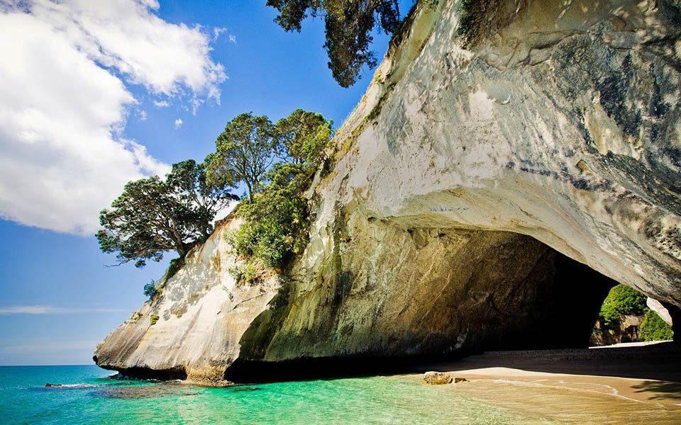 Сквозная пещера в скале