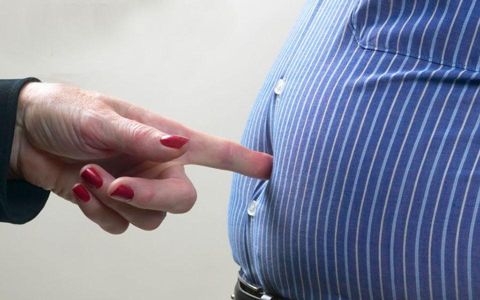 Толстый живот мужчины
