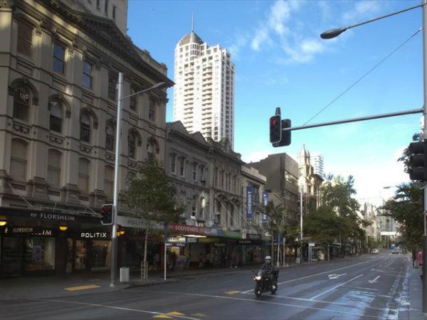 Восточная сторона Queen Street выше Shortland Street, 2011 год