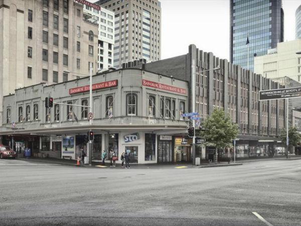 Угол Wellesley Street West и Queen Street, 2011 год