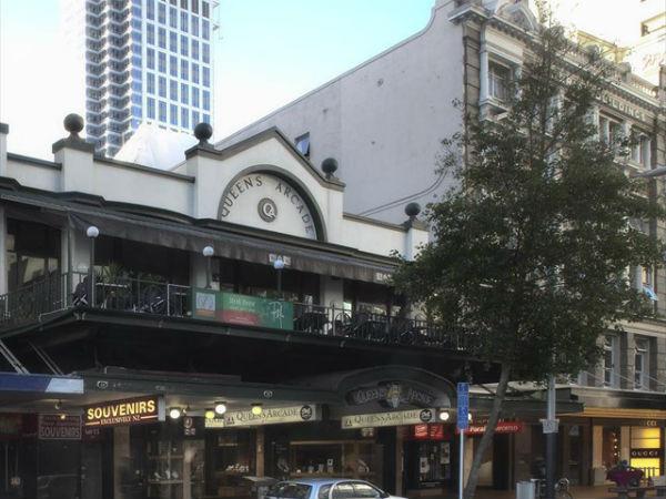 Восточная сторона Queen Street чуть выше Customs Street, 2011 год