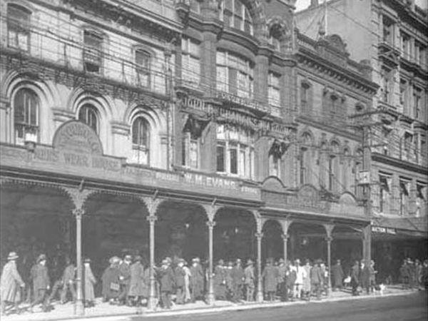 Восточная сторона Queen Street чуть выше Customs Street, 1918 год