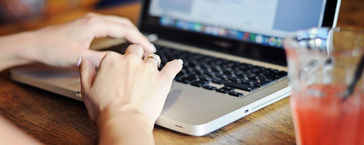 Руки на лаптопе