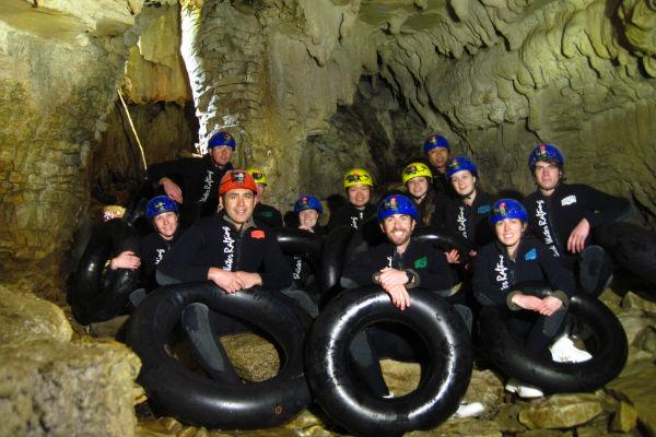 Часть маршрута проходит в полном мраке, часть - вдоль гротов с мерцающим блеском светляков на стенах пещер.